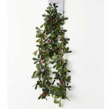 Groene kerst slingers/guirlandes met besjes 150 cm kerstversiering