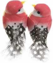 2x fuchsia roze vogels versiering 6 cm met verenstaart op draad kerstversiering